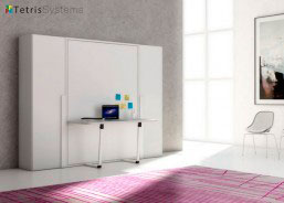 Cama abatible vertical con mesa escritorio incorporado. Dos armarios de 60 cm. y fondo 45 cm. para albergar la ropa mediante barras extraíbles.