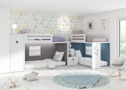 Habitación infantil con dos literas a ras de suelo, completada con un armario de la misma altura que el respaldo de la cama superior y una práctica escalera de cajones.