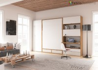 Salón con cama abatible vertical de matrimonio serie WALLBED, para somier de 150 x 190. El ambiente cuenta con un escritorio y unos módulos de puerta elevable colgados de manera intercalada, de modo que el espacio entre ellos pueda ser aprovechado como librería y un armario terminal de 90 cm.