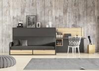 Dormitorio juvenil equipado con una cama abatible horizontal serie VERSATILE, un concepto muy práctico que engloba en un solo elemento, una cama abatible con sofá, que permite abrirla sin necesidad dee retirar el respaldo, cojines u otros elmentos.El VERSATILE hace honor a su nombre, y siendo un mueble autoportante, es completamente apto para su instalación en paredes de pladur. Los cajones o la cama supletoria son también complementos opcionales. Un mecanismo con pistones de gas, facilita que la apertura y cierre de la cama puedan llevarse a cabo con suavidad y sin esfuerzo, tanto por niños como por adultos.