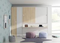 Dormitorio infantil equipado con una cama abatible horizontal de 105x190 con escritorio y armario superior de puertas correderas.