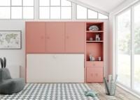 Dormitorio juvenil con cama abatible horizontal de 90 x 190 y armario superior de 3 puertas batientes. El mueble situado a la derecha, es un módulo librería cuya parte inferior oculta un práctico escritorio extensible, de modo que cuando no esté en uso, se recoge fácilmente, dejando libre todo el espacio.Éstascamas incluyen unsistema de bloqueo anti-cierreque evita el posible cierre involuntario de la cama. Además, vienen de serie con somier de lamas, algo fundamental en acabados de calidad, ya que favorece la transpiración del colchón y por lo tanto su higiene, algo que repercute notablemente en la vida de los mismos, además de reforzar la seguridad de las camas