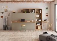 Estudio con cama abatible horizontal de 105 x 190 con escritorio plegable de apertura sincronizada. El ambiente se completa con unas librerías que parecen enmarcar el conjunto. El escritorio plegable resulta muy práctico, ya que permite abrir la cama sin necesidad de retirar previamente los objetos colocados encima.